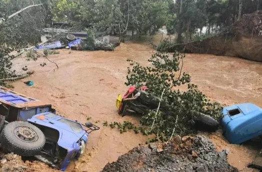 洪灾当前:寿光一村干部开卡车驶向洪水救了一万多人的性命!