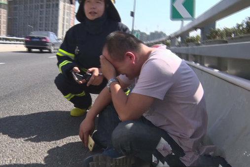 惊险一幕!货车高架制动失灵停在坡道驾驶员被吓到嚎啕大哭
