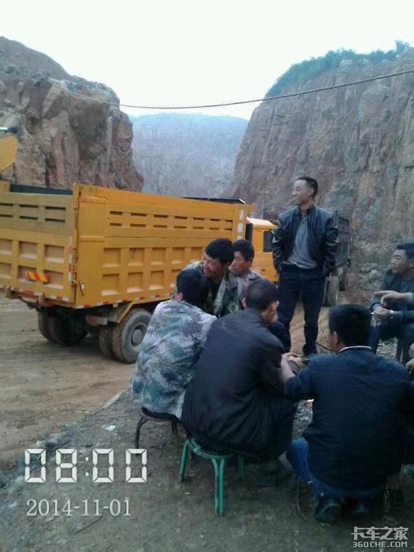 等待卸料的时候,卡车司机都在干什么