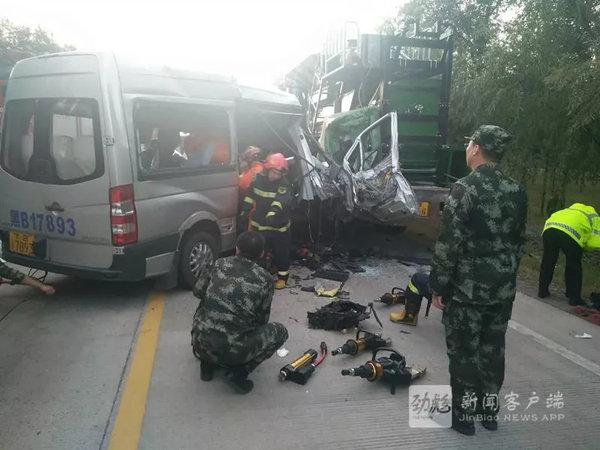突发!齐齐哈尔一中型客车与挂车追尾2人遇难4人受伤死伤严重