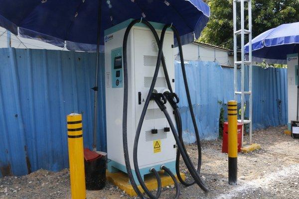 华中最大物流车充电站投运 每天充500台