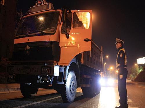"""渣土车""""躲""""在高速应急车道交警兵分两路将10辆车一网打尽"""