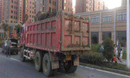 猫鼠游戏?违法渣土车躲在高速应急车道执法人员兵分两路一网打尽