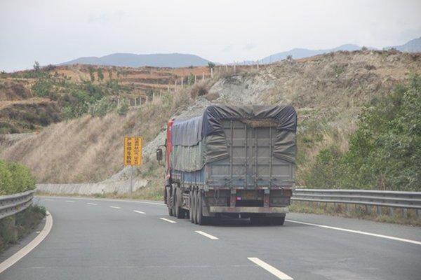 上海整顿非法网约货车缺证改装占多数,他们如何注册的?