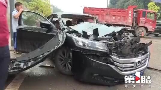 重卡撞残小轿车引擎破碎车门撞飞现场十分惨烈