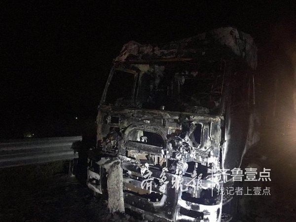 惊险一幕!满载电池大货车菏泽高速路上突然爆胎自燃全车只剩骨架