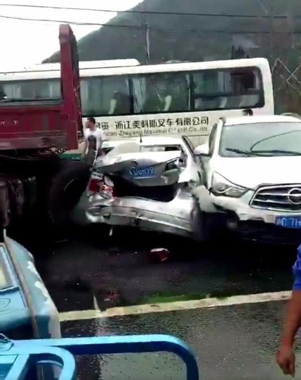 道冠山隧道口事故大货车连撞近10辆车