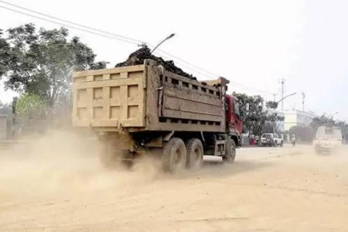 牛人!疯狂摩托车十字路口不减速竟敢用肉身挑战渣土车