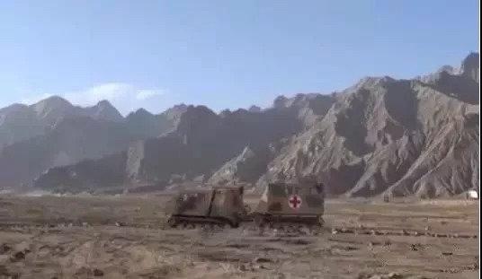 这辆重达十吨的履带大卡车,解放军小姐姐也能轻松驾驭
