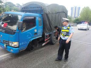 """惊险一幕!重庆一货车开着开着轮胎""""飞""""了"""
