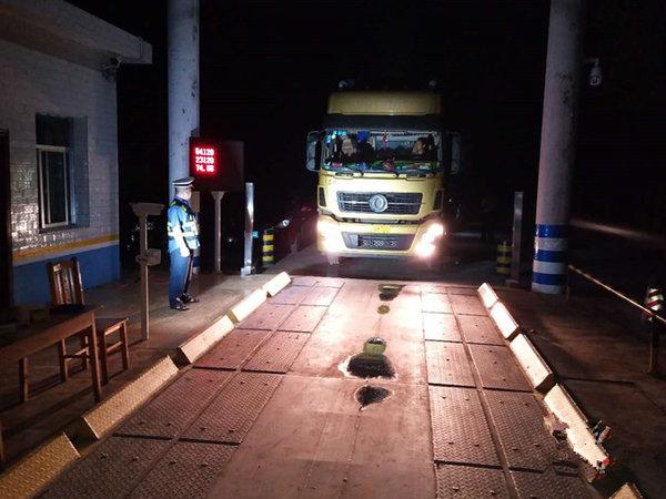 怀化靖州:货车超限超载危害大夜间治超不松懈