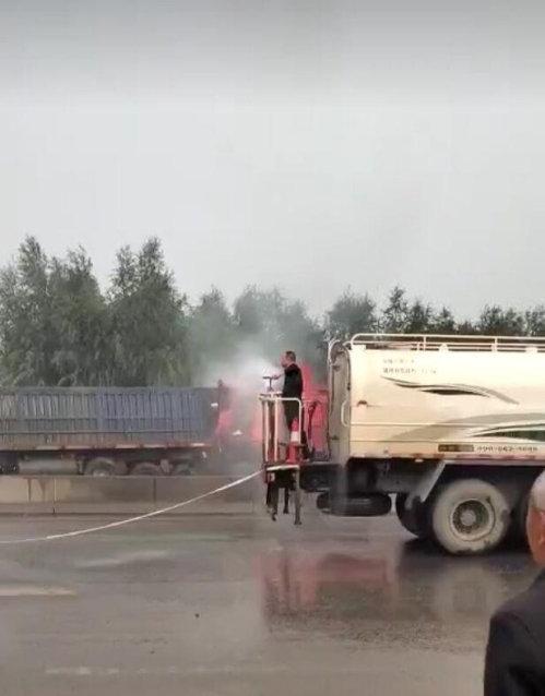 新密三辆货车追尾起火市民拦洒水车救火,晚3分钟不堪设想