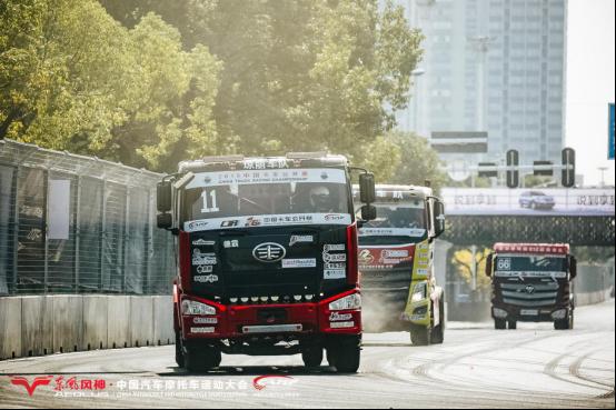 """瞬间时速飙近150km中国卡车公开赛武汉街头""""狂飙追击"""""""