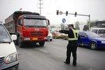 一货车司机违规被查 持刀对抗交警被拘