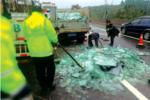 货车高速路后轮脱落 10吨玻璃全碎成碴