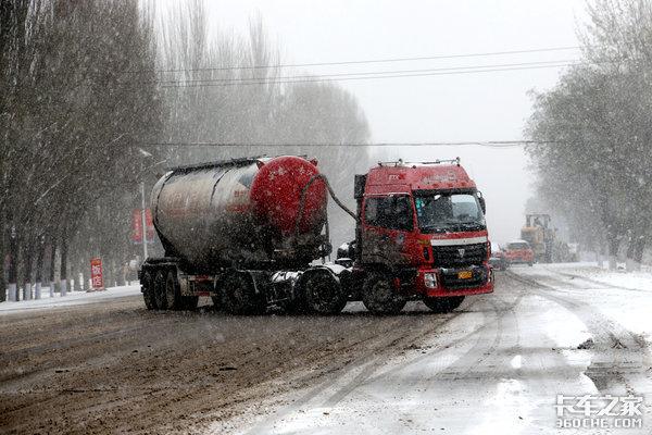 冬季即将来临又到了一年最头疼的季节雪天行车需要注意什么?