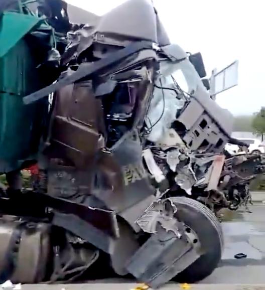卡车撞成这样司机生死未卜你们哄抢水果的手难道不抖吗?