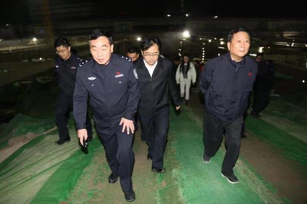 重拳出击!郑州公安局长带队对超载非法改装等问题严管严查严处