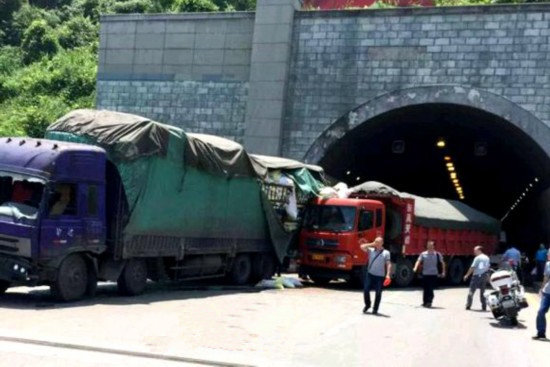 惊险!走错路大货车高速隧道口掉头被发现妄图逃走,最终被记12分