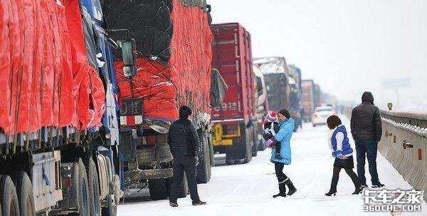 冬天有暗冰,该如何操控牵引车和挂车?