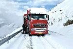 冰雪路面跑车很危险 看老司机怎么做的