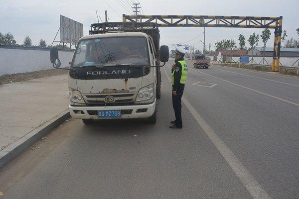 临沂临港交警整治行动打击违规货车