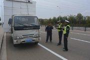 临沂临港交警整治行动 打击违规货车