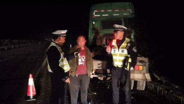 酒驾终酿祸货车司机酒驾上高速后侧翻