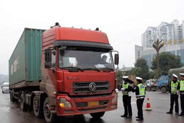 货车集体冲卡现象时有发生74辆百吨王成群结队