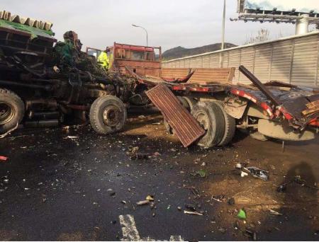 堵!请绕行!北京功德寺桥外三辆大货车追尾已有一名货车司机死亡