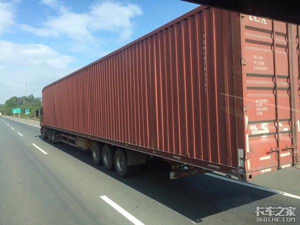 """普通散货车一超三罚,那些""""变态""""集装箱为啥能随便上路?"""