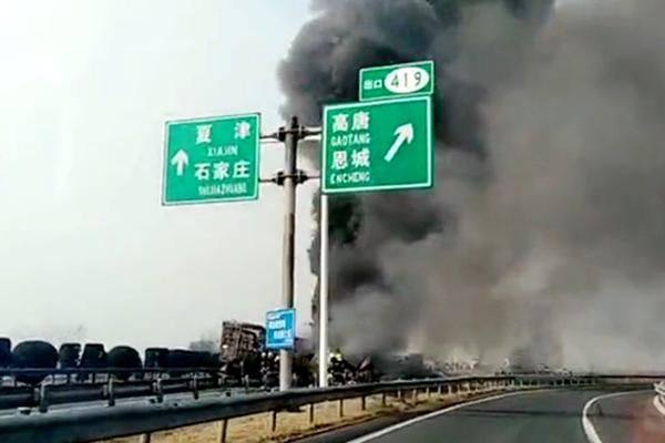山东青银高速突发团雾16车起火燃烧2人死亡9人受伤