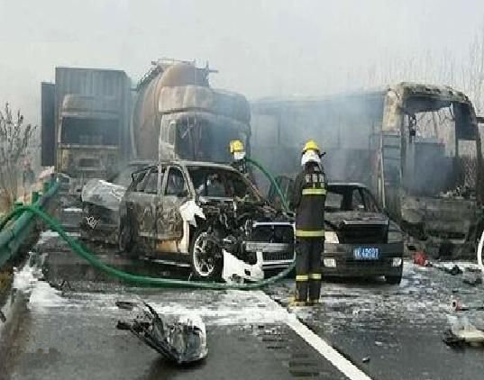 货车事故1年致死2.5万人!家人还在等你回家,你还不注意吗?