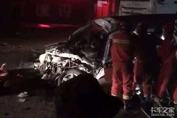西安一超载面包车与水泥罐车相撞致10死2重伤