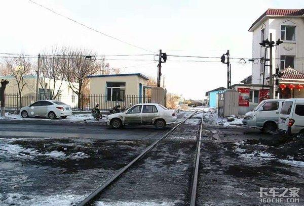 货车为啥总撞火车?过铁路道口这么难?