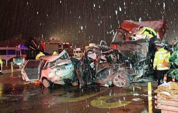 甘肃回应致15死45伤车祸:收费站现有位置符合规范