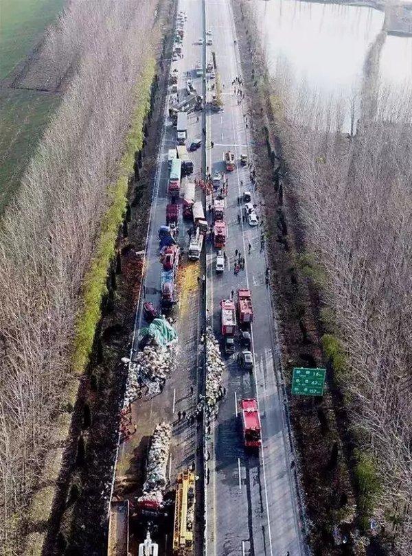 """秋冬团雾频发,警惕高速公路""""流动杀手"""",这些操作卡友一定要牢记!"""