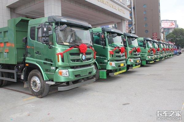 中国重汽王牌首批轻量化后八轮交车仪式暨战略合作协议签订仪式