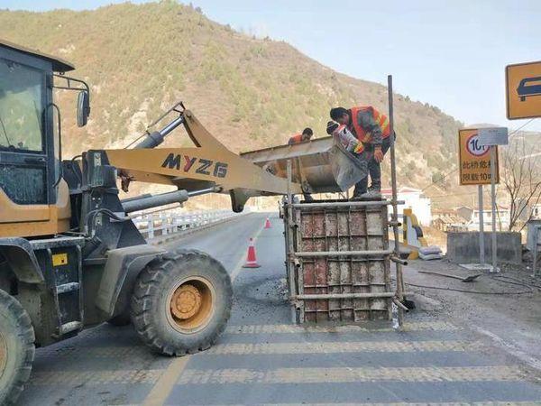 卡友注意:甘肃天水国道310线牛北路桥梁限高架施工过往车辆注意绕行