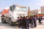 千万别在卡车的盲区行走 眼前站着80个小学生,一个都看不到!