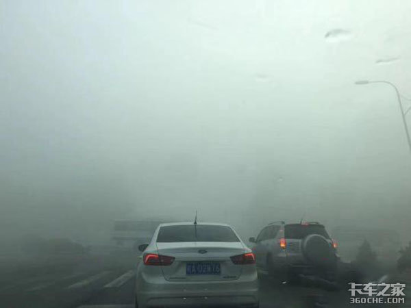 安徽遭遇重度雾霾20多条高速全线封闭,实施交通管制
