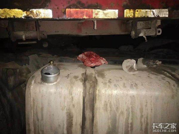 卡车司机睡一觉油箱被盗、电瓶被偷,事后还夸小偷仁慈