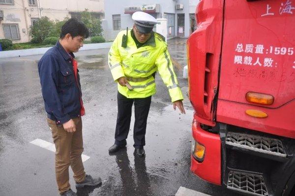 上海交警持续开展国省道交通秩序整治!