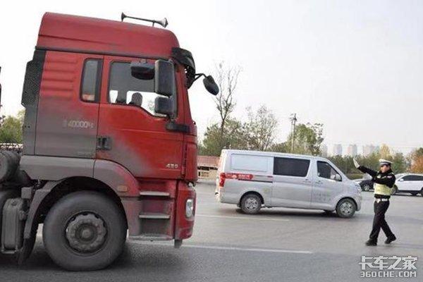 被扣12分跪地狂扇自己求放过,货车司机为啥那么怕扣分?