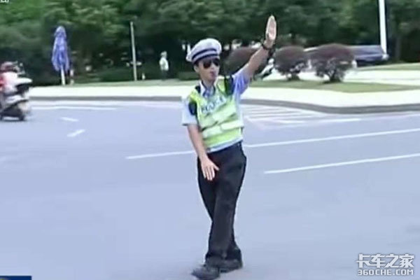 交警执法时卡车司机有权要求出示执法证吗?听听公安部怎么说