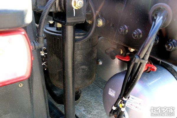 解放J6国六牵引车1100升油箱、560马力