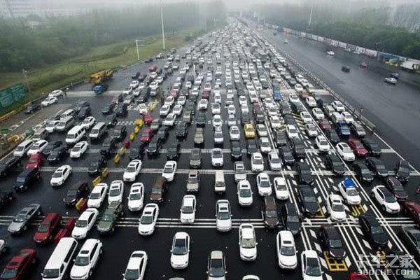 """高速公路堵车几十公里,你有啥""""娱乐花样""""调整焦急心态?"""