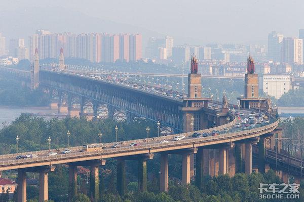 南京长江大桥29日通车外地车、重卡禁行