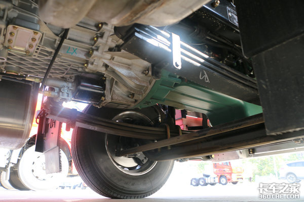 1100L防盗油箱+560马力发动机解放国六J6P牵引车有点厉害!