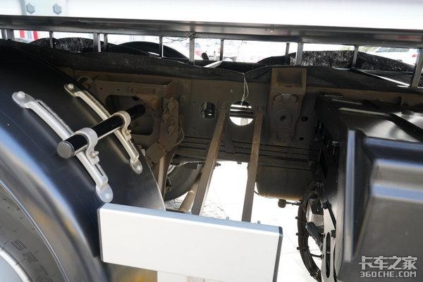 上铁道拉火车,这台奔驰乌尼莫克U423竟然能拖1000吨!